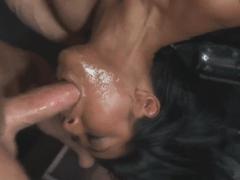 Asijská holka v kleci bere sousto