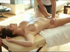 Božska Holly Michaels na masáži