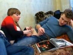 Sestra vyruší bratra při masturbaci