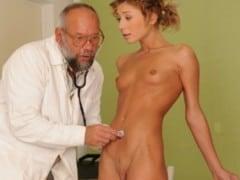 Teenka na vyšetření u doktora