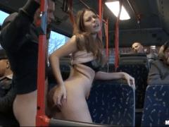 Mladý pár šuká v autobuse plném lidí