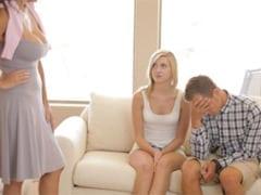 Nevlastní matka ukazuje synovi jak šukat přítelkyni