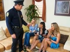 Policajt rozpustí dámskou jízdu u Brandi Love
