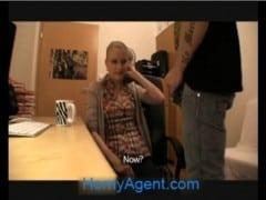 Rychlý prachy – blondýna s brýlemi