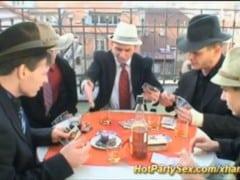Služka uspokojí mafiány