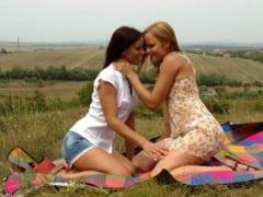 Lesbičky se pomazlí na louce