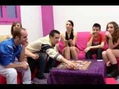 Mlaďoši hrajou erotickou deskovou hru