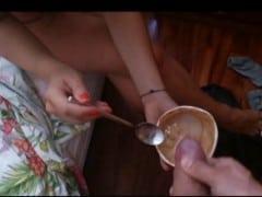 Nastříkal jí do zmrzliny