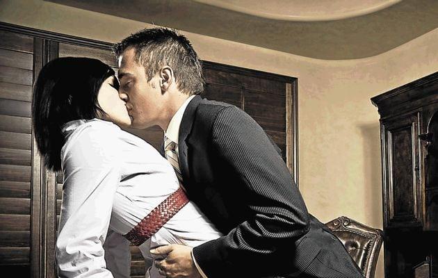 Začal mě vášnivě líbat