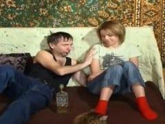 Starý fotr alkoholik obtěžuje dceru