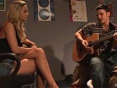 Vysokoškolačka Ashlyn Brooke je zamilovaná do kytaristy