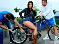 Pihatá kozatka předstírá zájem o cyklistiku aby si zašukala