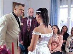 Nasraný ženich vytresta nevěrnou nevěstu