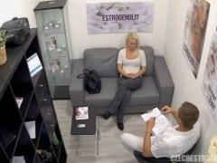 Nervózní lenka má problém s libidem a nervozitou v sexu (HD)