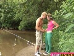 Rybář ojede mladici u českého rybníka