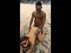 Dvě turistky sbalí domorodce, aby je opíchal na pláži