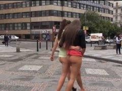 Holky se po Praze prochází dole bez