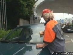 Češi vymrdali ženskou, co u benzínky umývá okna