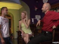 Chlápek nabídne svou ženu barmanovi za prachy