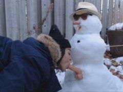 Holku nikdo nechce, tak ojela sněhuláka