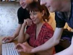 Máma se nechá ojet kamarády svého syna