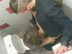 Orální sex v české hospodě na záchodě