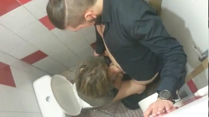 Gay sex video na záchodě