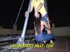 Asijskou děvku začal ojíždět už na střeše