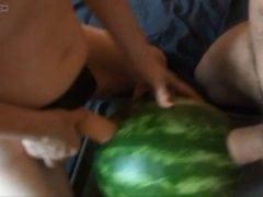 Se svou holkou prcají do melounu