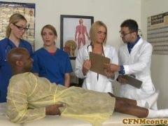 Doktor navrhne pro pacienta alternativní léčbu