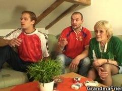 Stará česká bába ojede vnuky