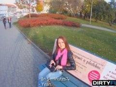 Sbalil českou studentku na zastávce