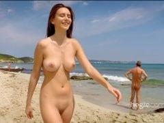 Nádherná dívka provokuje na pláži