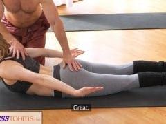 Nadržený učitel jógy a jeho klientka