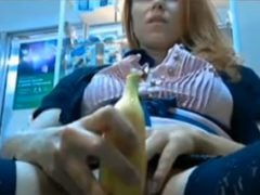 Krásná dívka si to udělá banánem
