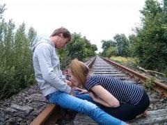 Riskantní kuřba na kolejích