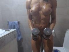 Šíleně svalnatá holka posiluje i v koupelně