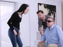 Sourozenci souloží před slepým fotrem