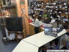 Česká holka zoufale potřebuje peníze