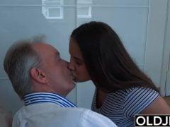 Dědek si vrzne s mladou holkou