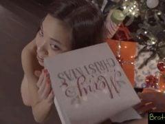 Asiatka s tetováním rozbalí rozkošný dáreček
