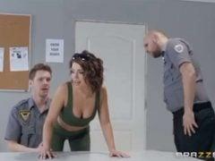 Dostane se do průšvihu na policejní stanici