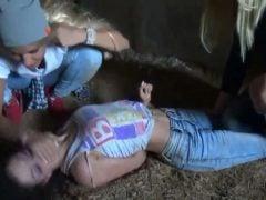 Dvě holky trýzní třetí