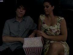 Nevlastní matka pozve syna do kina