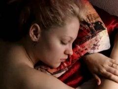 Využil jejího tvrdého spánku