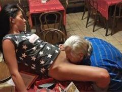 Dědek si užije v české hospodě s mladou holkou