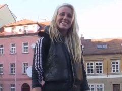 Profesionální balič sbalí blondýnku v Praze