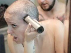 Šukal ji, zatímco si holila hlavu