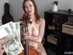Rychký prachy – prsatá muzikantka