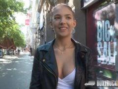 Sbalí mladou modelku na ulici